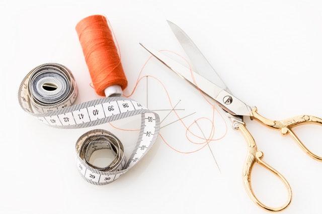 základní šití potřeby – nůžky, metr nit
