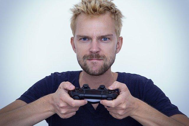 hráč držící ovladač