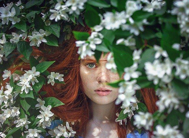 dívka mezi květy.jpg