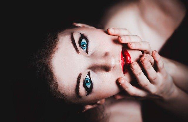 dívka s makeupem.jpg