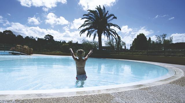 žena stojící v bazénu